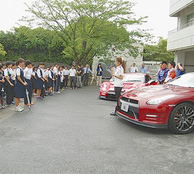 校内にレーシングカー