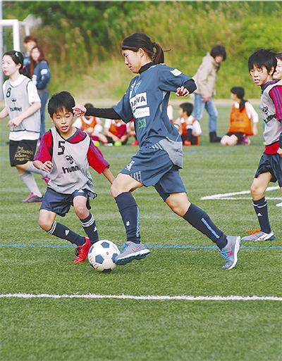 サッカーで児童と交流