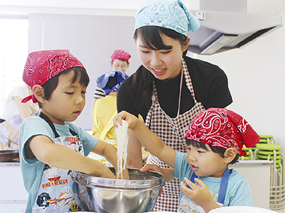 調理体験通じ子育て支援