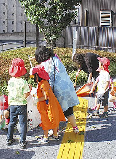駅前掃除に園児が協力