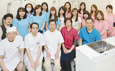 歯科衛生士が専用器具で歯の掃除(クリーニング)