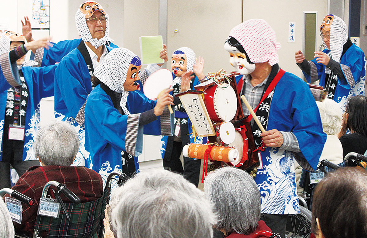 ヒョットコ舞で新年祝う