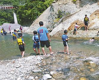 川遊びを満喫する子どもたち