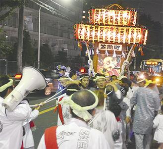 19日の宵宮で渡御した万灯神輿