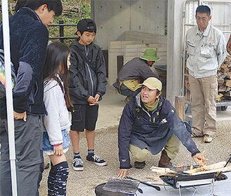 解説する小雀さん(右から2番目)と参加者たち