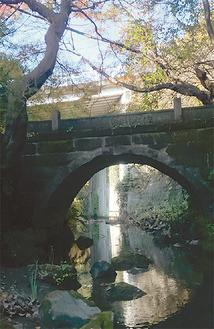 いたち川にかかる昇龍橋(栄区役所提供)