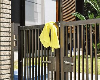 門扉に掲げられた黄色いタオル