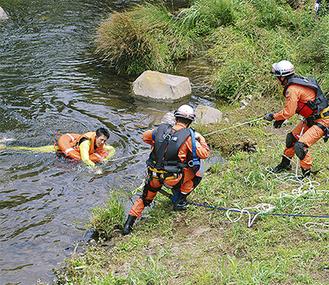 川に転落した要救助者を救出