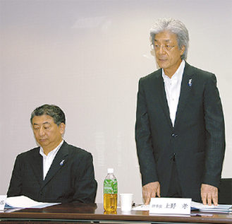 あいさつする上野新理事長(右)