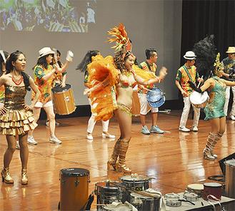 華麗な踊りと演奏を披露したサンバチームのメンバー