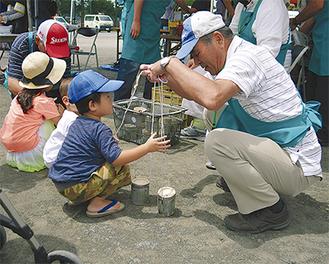 地域の有志と「竹ぽっくり」を一緒に製作