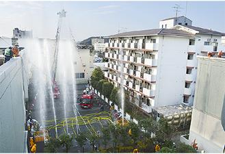 消防団員らが一斉放水などを披露(写真は昨年)