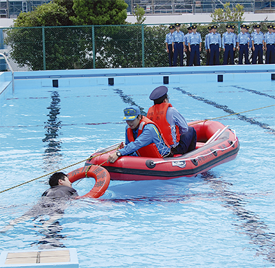 水難に備え、救助方法学ぶ
