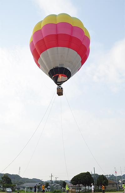 熱気球で森を空から