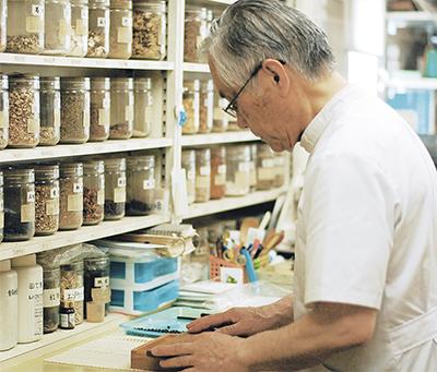 漢方薬の作り方を指導
