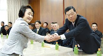 がっちりと握手を交わす渡辺監督と林市長