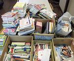 箱いっぱいの文房具や絵本