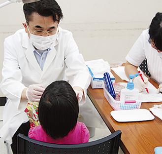 歯の検診を受ける幼児