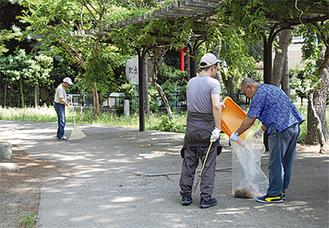 ゴミを拾い公園を清掃