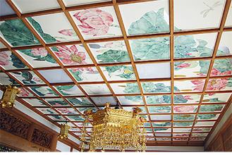 蓮や牡丹が描かれた天井画