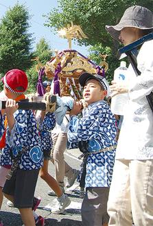 猛暑の中、声を張り上げて神輿を担ぐ(金沢町)