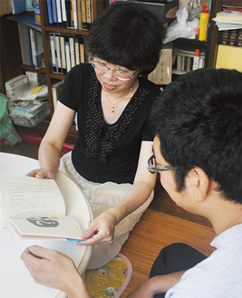 出版された本を見る康一さんと景子さん