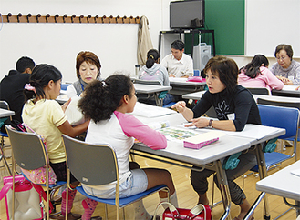 ボランティアから日本語などを学ぶ
