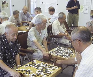 囲碁を楽しむ会員たち