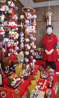 色鮮やかな雛人形が並ぶ佐々木さん宅