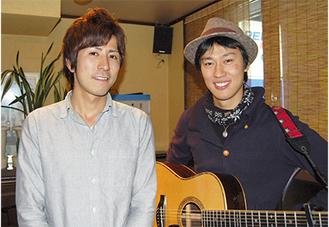 喜びを語る滝田さん(左)