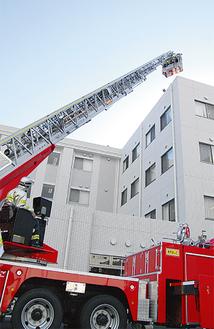 患者救出訓練のため、はしご車も登場