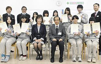 秋山社長(中央左)と表彰された学生ら