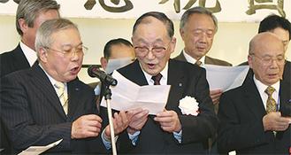 仲間と一緒に歌う大隅さん(中央、左は鈴木さん)