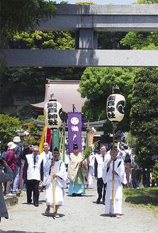 瀬戸神社(奥)から国道16号を横切り、琵琶島神社の鳥居に入る行列