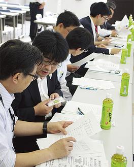 金融機関防犯会議で「声かけ」を訓練する参加者
