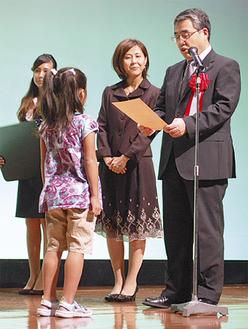 吉川副知事から表彰を受ける児童