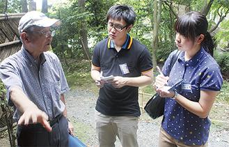 旧川合玉堂別邸を見学する松本さん(写真右)と槻田さん(中央)