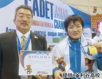 金メダルを持つ輿水さんと枝迫教諭