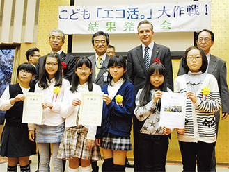 小田小と(中央)並木中央小(左)の代表