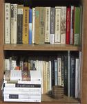 『男色大鑑』『世界の奇書』などが並ぶ本棚。句を書く糧となる