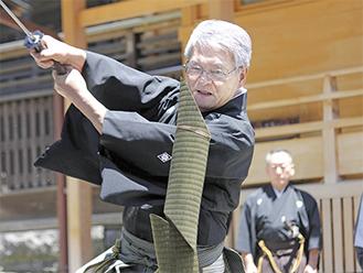 畳表を一刀両断する剣士