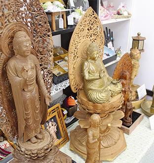 精巧な木彫りが並ぶ