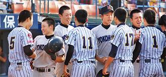 笑顔で健闘を讃えあう=左から2番目が松崎主将