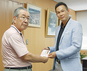 協賛金を贈呈する高田代表(右)