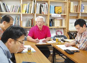 理事会で話す鈴木理事長(写真中央)