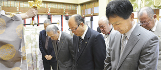 祈りを捧げる田邊理事長(前列中央)ら関係者
