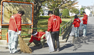 公園周辺を清掃する社員