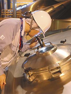 煮沸する麦芽をチェックし、理想の味に近づける