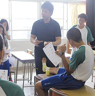 テーピングを教える米川院長(中央)