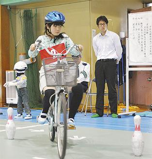 体育館で実技試験に挑む参加者